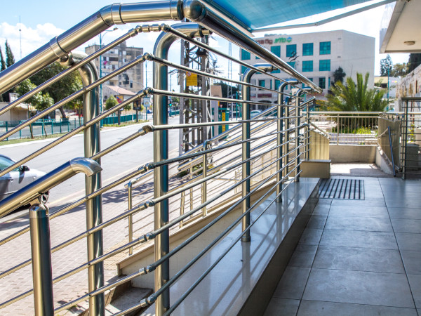 kültéri acélkorlát lépcsőhöz, rámpához