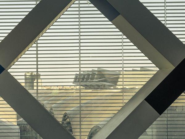 tágas, világos belső tér acél elemekkel